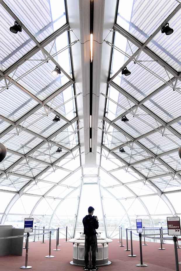 cubiertas de techos continuos con persona viendo movil